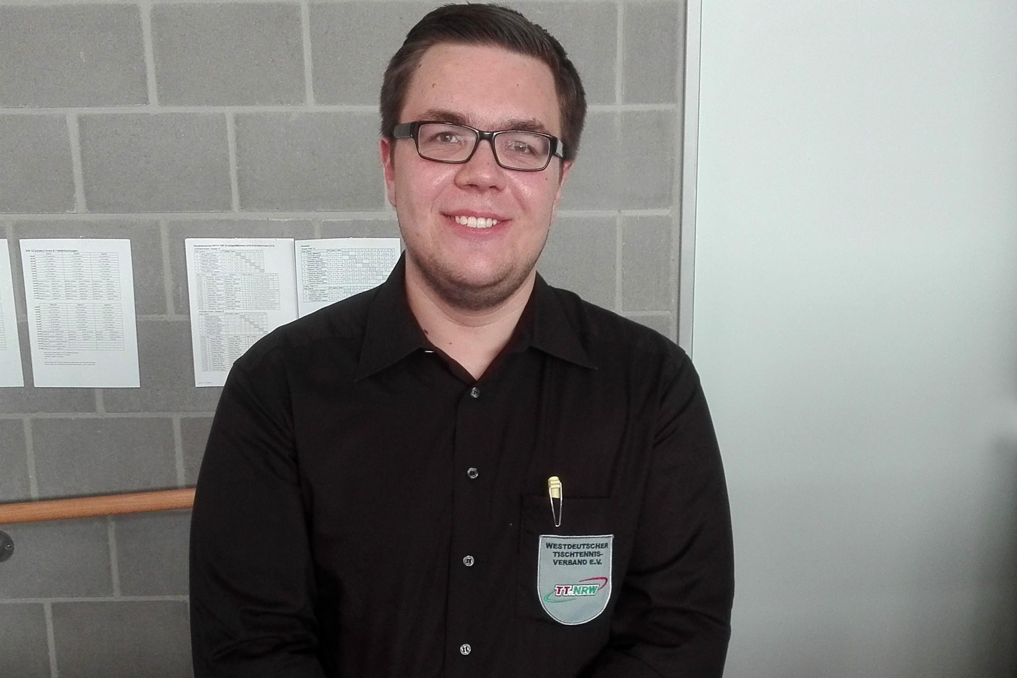 Tobias Holthaus besteht Schiedsrichterprüfung
